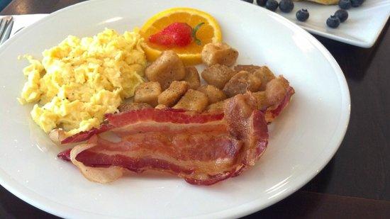 Hilton Garden Inn Queens/JFK Airport: Desayuno en restaurante del hotel
