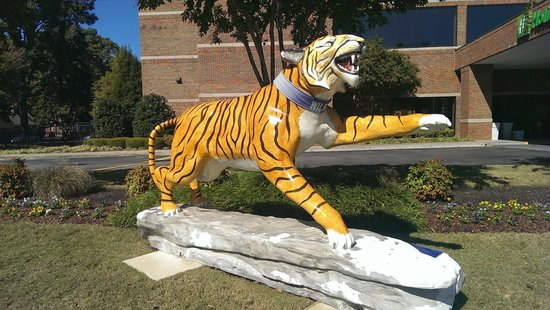 Holiday Inn Univ of Memphis: A Memphis Tiger in the yard in front of the hotel