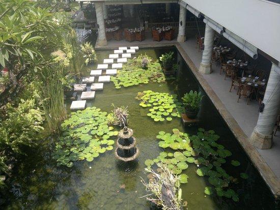 Nusa Dua Beach Hotel & Spa: The pond next to the breakfast area
