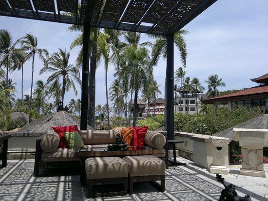 Nusa Dua Beach Hotel & Spa: One of the several bars