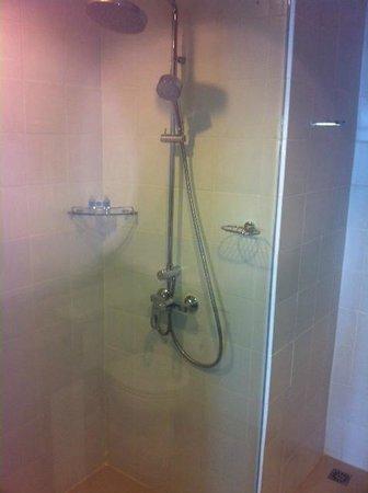 Andaman Beach Suites Hotel : douche avec naicéssairres