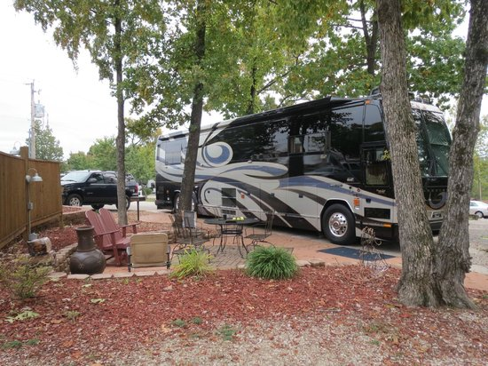 Branson KOA : the beautiful deluxe patio campsite as viewed from our campsite