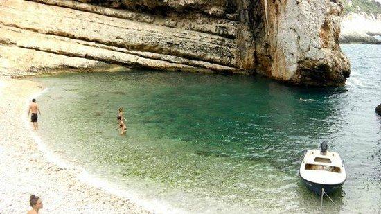 Stiniva Cove: Beach and rocks