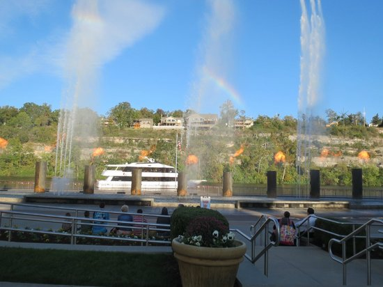 Branson KOA : Sightseeing-Branson Landing fountain and flame show