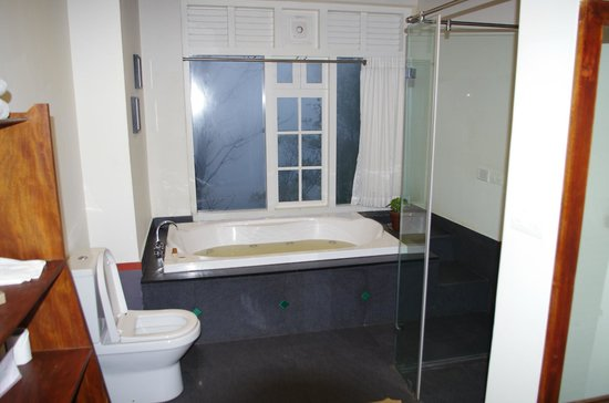 salle de bain jacuzzi  Picture of SpiceTree Munnar