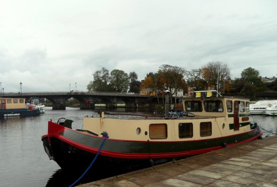 The Landmark Hotel : Boat tied up on the Shannon at Carrick-on-Shannon
