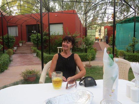 Kesar Restaurant Agra: The Kesar restaurant garden area