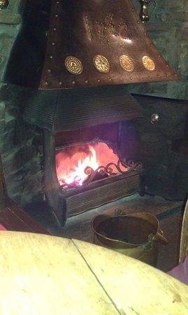 The Queens Head Inn: warm open fire