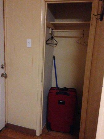 Travelers Motel : Closet.