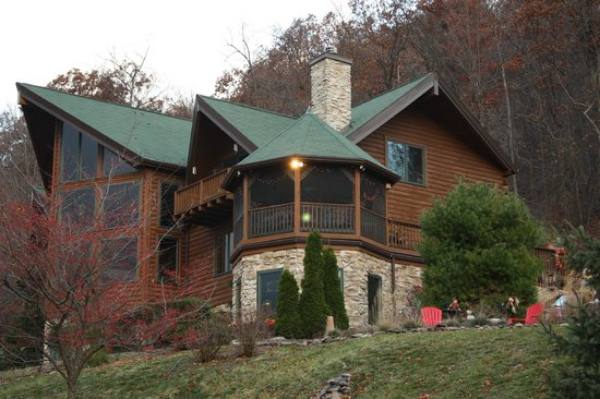 Mountain Hideaway Bed & Breakfast: The B&B  from the drive up