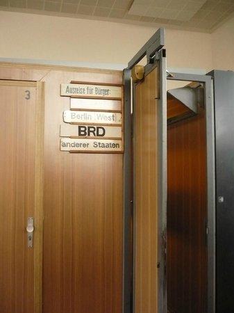 Ausweis und stempel bild von tr nenpalast berlin for Stempel berlin mitte