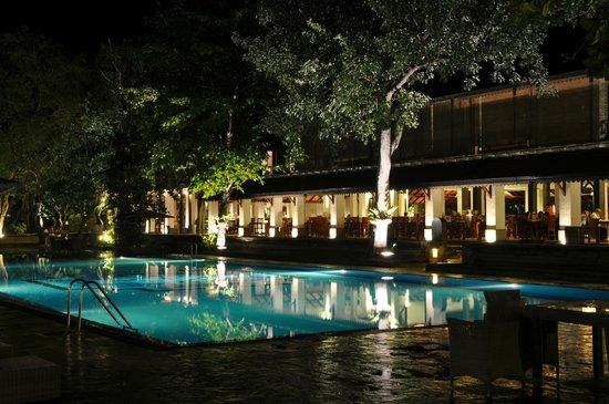 Cinnamon Lodge Habarana: Pool and restaurant