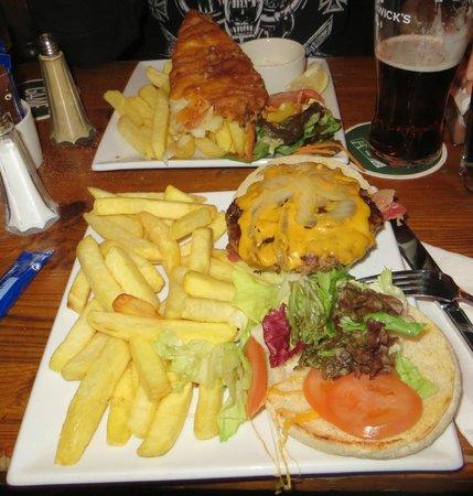 Matt The Millers Bar & Restaurant: Cod'n'Chips (addentato prima che mi ricordassi di fare la foto) e hamburger