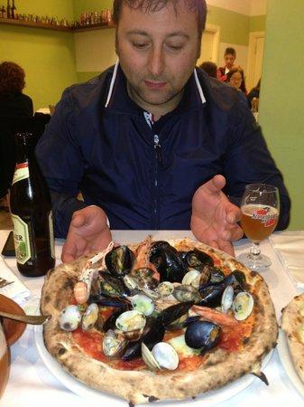 Nana - Ristorante Pizzeria: IL cliente con la sua solita Pizza.