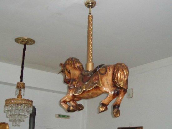 The Lost Unicorn Hotel: Ένας μονόκερος δίπλα στους πολυελαίους