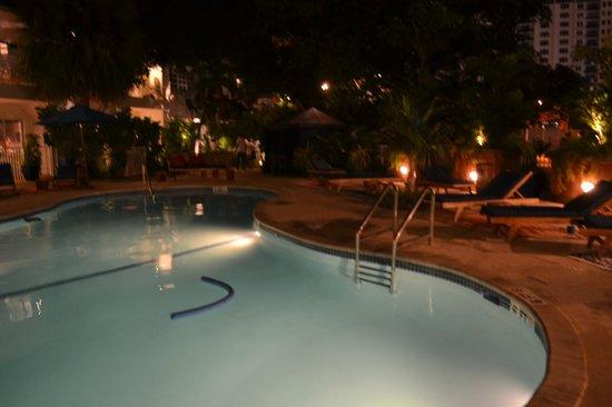 Tradewinds Apartment Hotel: hermosa piscina