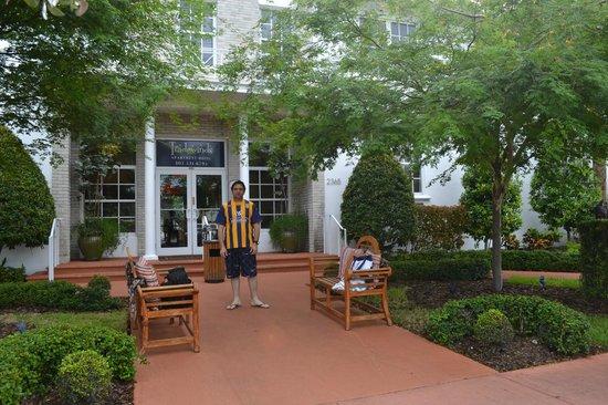 Tradewinds Apartment Hotel: Ingreso principal