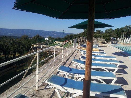 Camping des Sources : Détente autour de la piscine