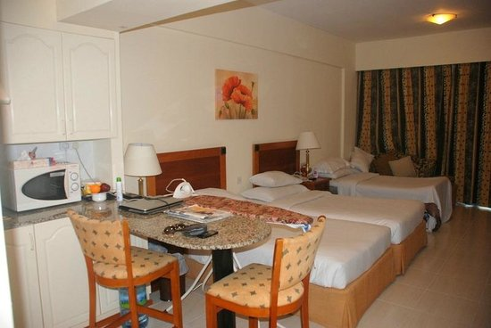 Savoy Park Hotel Apartments: Small comfy open dining area in room