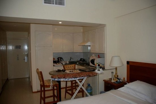 Savoy Park Hotel Apartments: Nice storage, Microwave, hot plate and sink