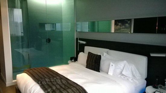 W Montreal: Room with glass shower