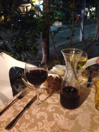 Comfort Hotel Gardenia Sorrento Coast: Lovely little restuarant/cafe across the road