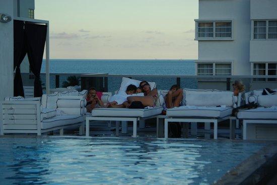 Gale South Beach: La Piscine sur le toit le soir .... hummm