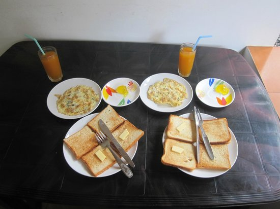 Green Garden Cottage: The continental included breakfast