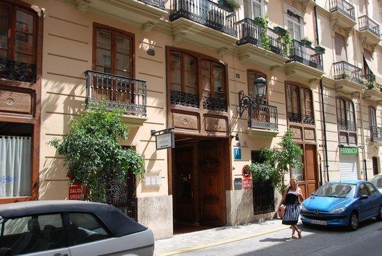 Ad Hoc Monumental Hotel : Вход в отель