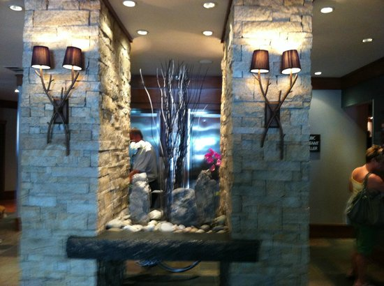 Summit Lodge Boutique Hotel: The Art-Filled Lobby of the Summit Lodge