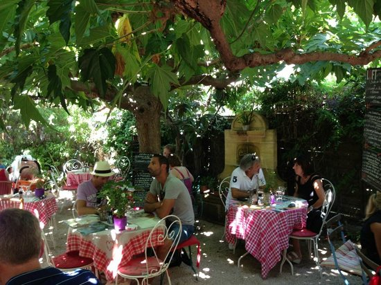Les tables dans le jardin picture of la ramade saint for Restaurant dans jardin paris