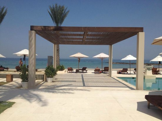 Al Bustan Palace, A Ritz-Carlton Hotel: By the pool looking out to the beach