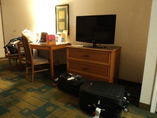 Quality Inn at International Drive: Escrivaninha e TV