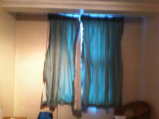 YourStay Victoria Apartments : La tenda della mia camera era montata male