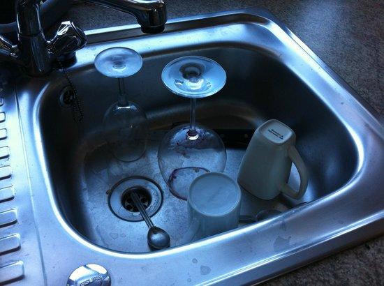 YourStay Victoria Apartments : Nessuno in 3 giorni ha pulito o tolto le cose nel lavandino della cucina