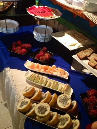 Adventure Inn : Breakfast buffet gave us the chance to try all kinds of local fruits!