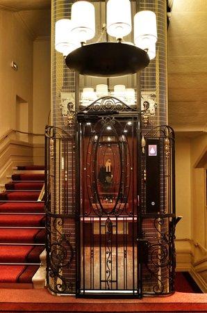 Hotel Carlton Lyon - MGallery Collection : O elegante elevador da década de 30, completamente restaurado e em operação até hoje.