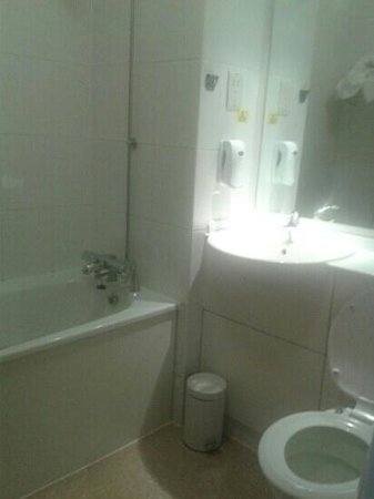 Premier Inn Frome Hotel: very smart and clean bathroom