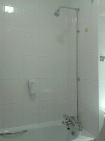 Premier Inn Frome Hotel: clean and powerful shower with shower gell and shampoo dispencer