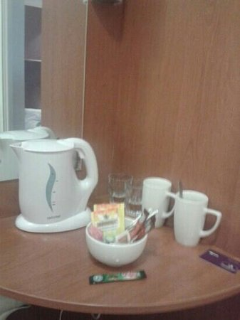 Premier Inn Frome Hotel: wide selection of tea coffe and sugars