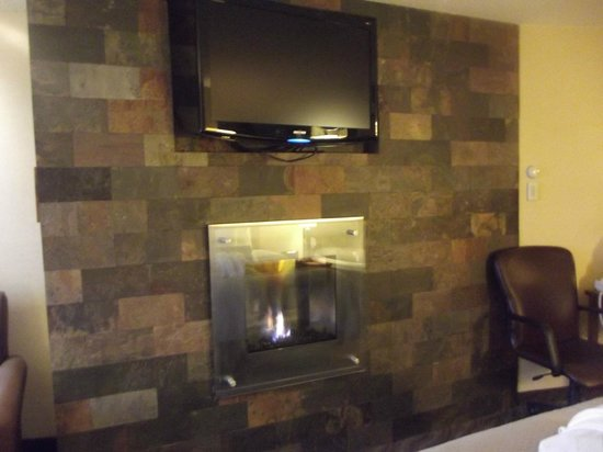 BEST WESTERN Plus Superior Inn & Suites: Fireplace