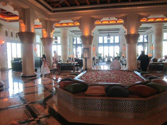 Jumeirah Al Qasr at Madinat Jumeirah: Холл отеля