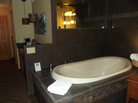Best Western Plus Superior Inn & Suites: Jacuzzi Tub