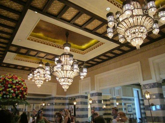 Jumeirah Al Qasr at Madinat Jumeirah: Люстры в холле