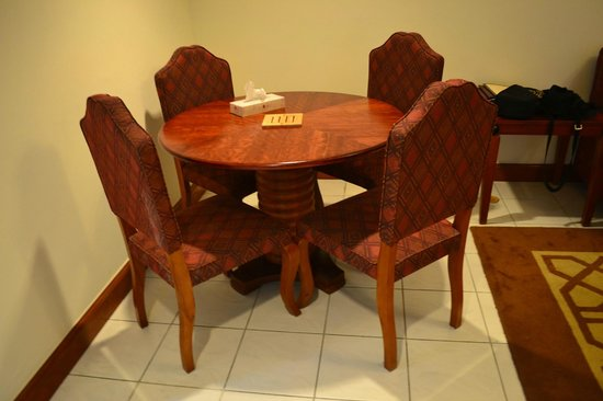 Savoy Crest Hotel Apartments: Dining table