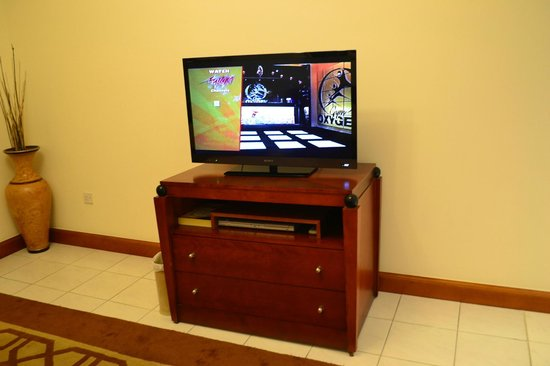 Savoy Crest Hotel Apartments: Tv in main room