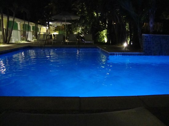 Almond Tree Inn: Pool at night - have a drink and hang out
