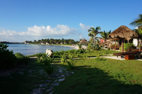 El Pez Colibri Boutique Hotel: view down the beach from in front of the cabanas