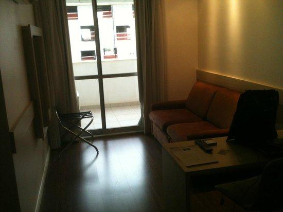 Mercure Apartments Brasilia Lider: Sala de estar com vista pra prédio em construção