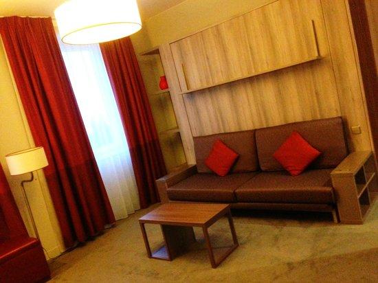 Adagio Vienna City: living room aka bedroom